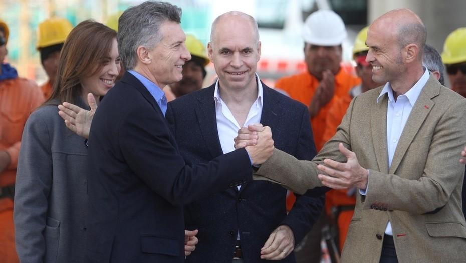 Mauricio Macri sonriente con Guillermo Dietrich celebran los tarifazos. Observan complacidos Rodríguez Larreta y María Vidal.