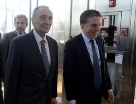 Magnetto sonríe junto a Dujovne, Ministro de Economía del régimen macrista.