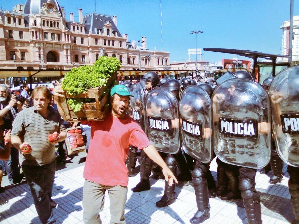 Los feriantes fueron reprimidos por los policías del macrista Rodríguez Larreta.
