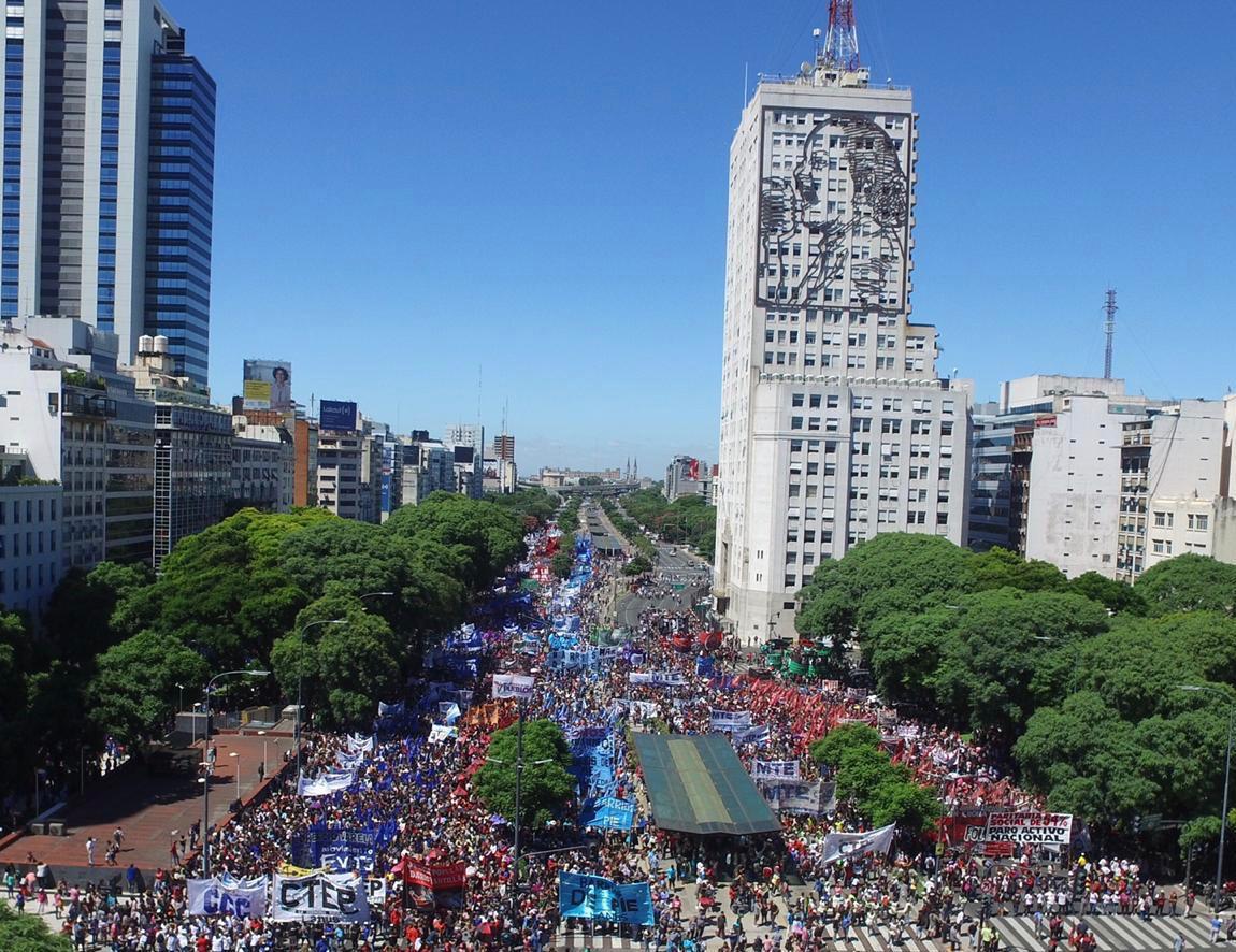 Multitudinaria marcha de los movimientos sociales. FOTO: CTEP