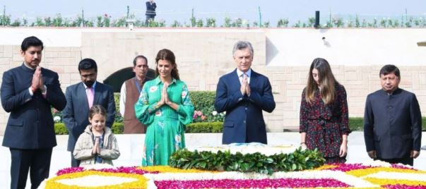 Macri y su amante haciendo una cínica reverencia a Gandhi.