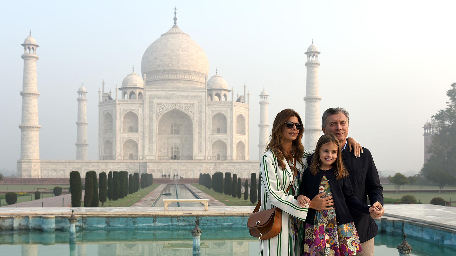 Mientras a los jubilados del menor haber les quita la posibilidad  de recuperar $ 300 del IVA, él y su amante se pasean por el Palacio Taj Mahal de la India.