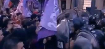 TRABAJADORES – Régimen | Policía macrista ataca a trabajadores de Coca Cola despedidos.