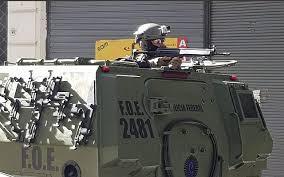Un tanque de la Policía Federal en un simulacro en oficinas judías en Buenos Aires. El costo lo paga la Argentina.