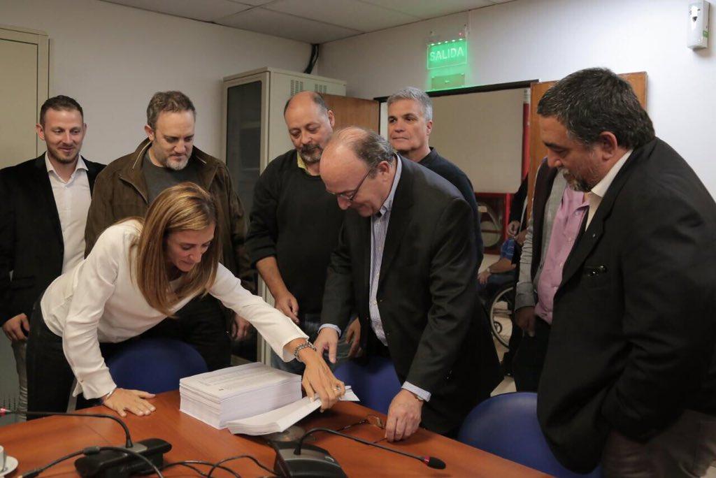 El Diputado Moreau recibe las 60 mil firmas reunidas para apoyar al Juez Alejo Ramos Padilla.