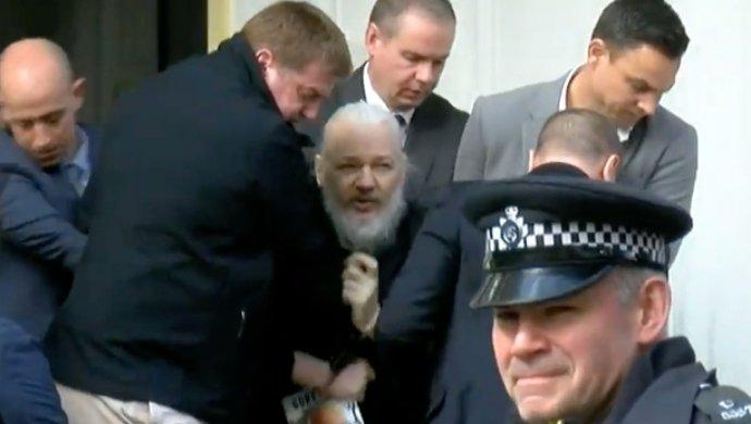 Julián Assange al momento de ser detenido en Londres.