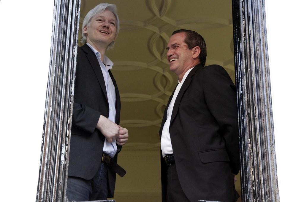 El ex Canciller Ricardo Patiño junto a Julián Assange. El segundo está detenido y al segundo lo buscan por orden del régimen traidor de Lenin Moreno.