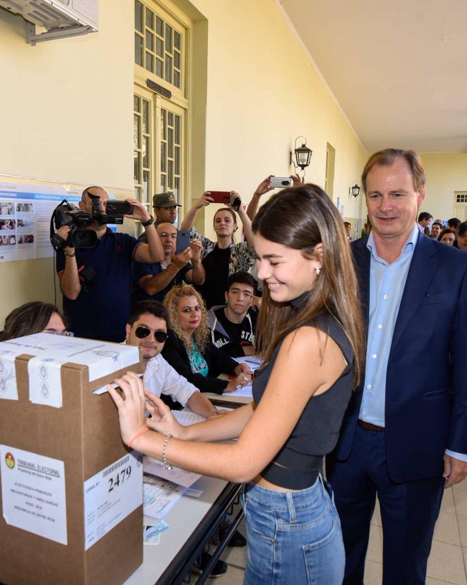 El Gobernador Bordet vota junto a su hija.
