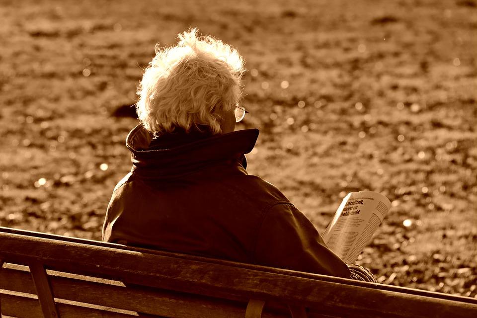 Anciano_leyendo