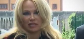 LIBERTAD DE EXPRESIÓN – Mundo | Pamela Anderson pide la libertad de Julián Assange.