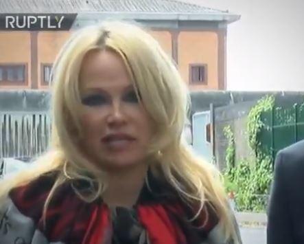 La actrizn Pamela Anderson pide donaciones para sostener la defensa judicial de Julián Assange detenido por el régimen inglés.