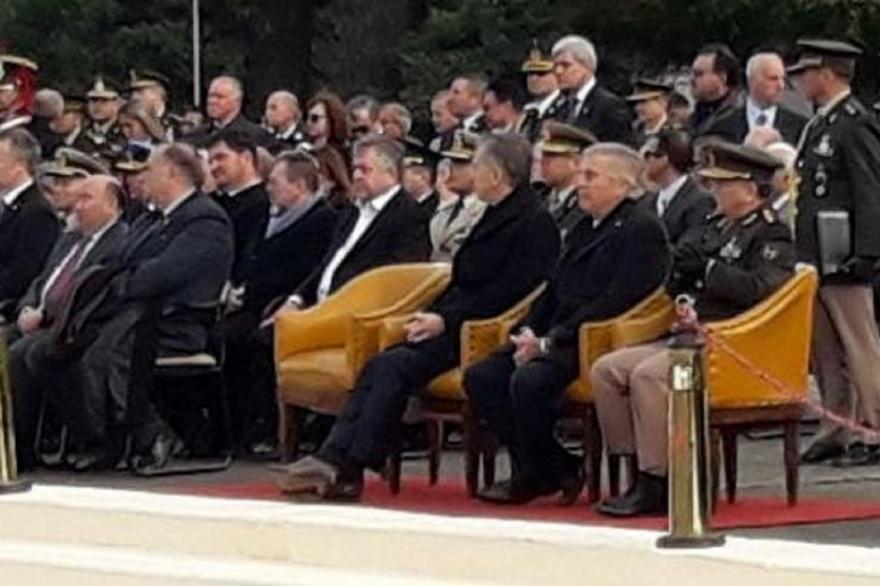 Se viralizó esta foto del 29 de mayo, Día del Ejército. En el acto oficial, en el Palco de Honor, Stornelli a dos sillas de distancia de Macri.