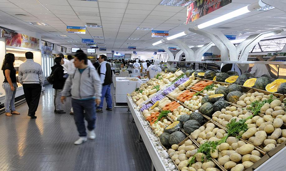Mendoza - El gobernador Francisco Pérez dejó inaugurado hoy el primer Supermercado de productores de Mendoza, un espacio de 700 metros cuadrados que ya funciona en la terminal de ómnibus ubicada en Guaymallén y tiene por objetivo eliminar intermediarios y abaratar costos al consumidor. Foto: Alfredo Ponce