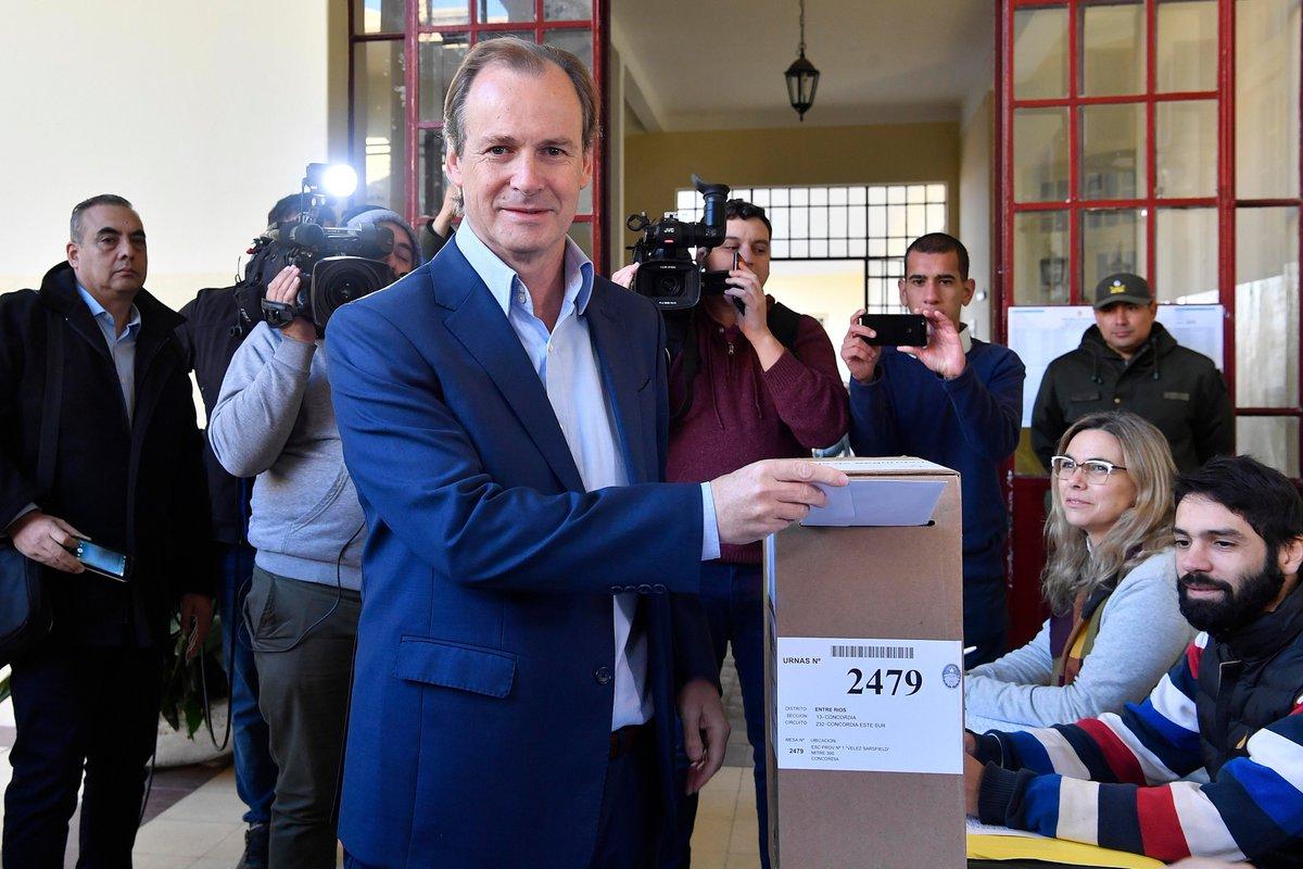 Gustavo Bordet al momento de votar.