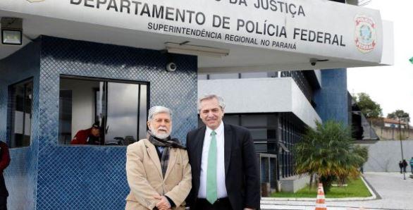 Celso Amorín y Alberto Fernández en la puerta de la cárcel en la que el régimen nazi tiene detenido a Lula Da Silva.