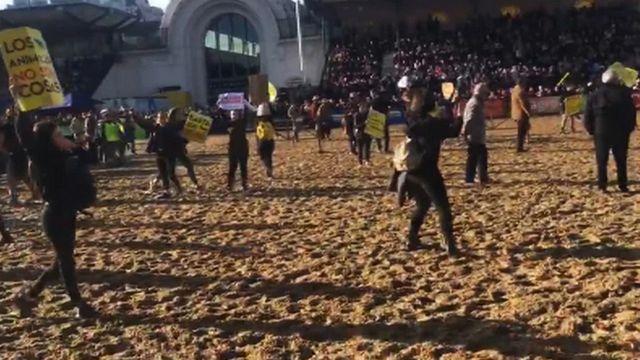 Los jinetes tiraron caballos de 200 kg contra manifestantes pacíficos.