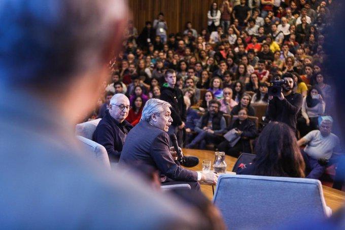 Alberto Fernández habló ante científicos y profesores en la Facultad de Ciencias Exactas de la UBA.