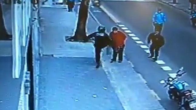 El policía macrista le pega una patada en el pecho a Juan Gómez que estaba con las manos atrás y lo mata.