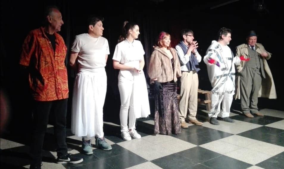 """Elenco en pleno de """"Tres Obras y una Abducción"""" en El Donn."""