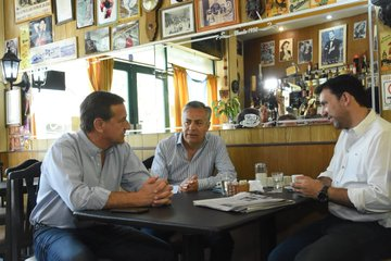 Café de macristas. A la izquierda Suárez y a su lado Cornejo.