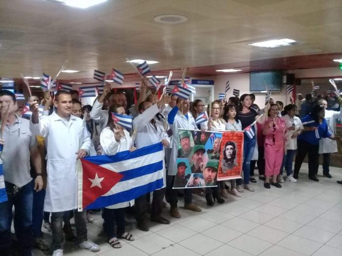 Los médicos cubanos llegan a su país tras la expulsión de Bolivia. FOTO: GRANMA.