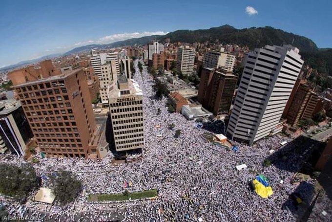 Multitudinaria protesta en Bogotá contra el régimen de Iván Duarte.