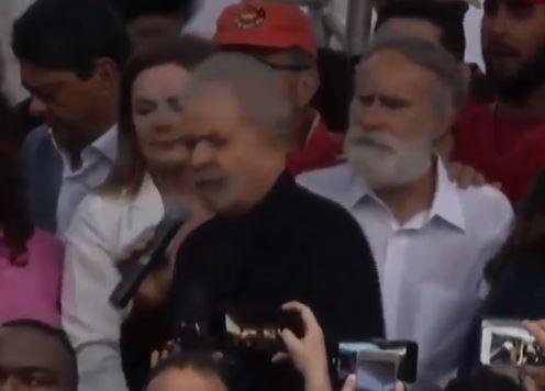 Lula habla en la puerta de la cárcel de Curitiba.