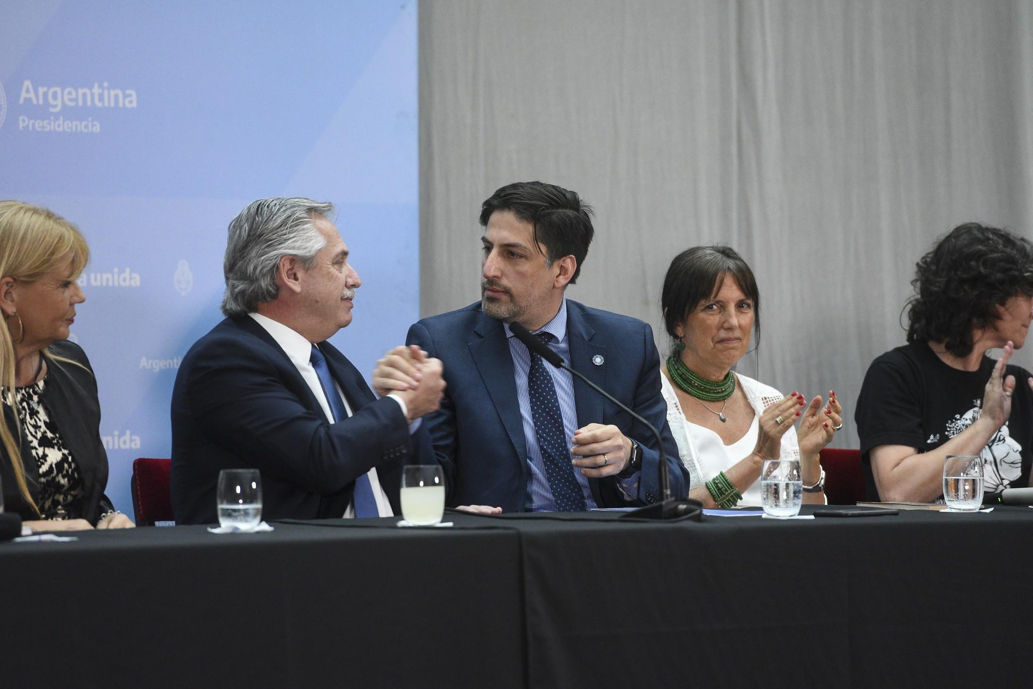 Alberto Fernández saluda al Ministro de Educación Trotta.