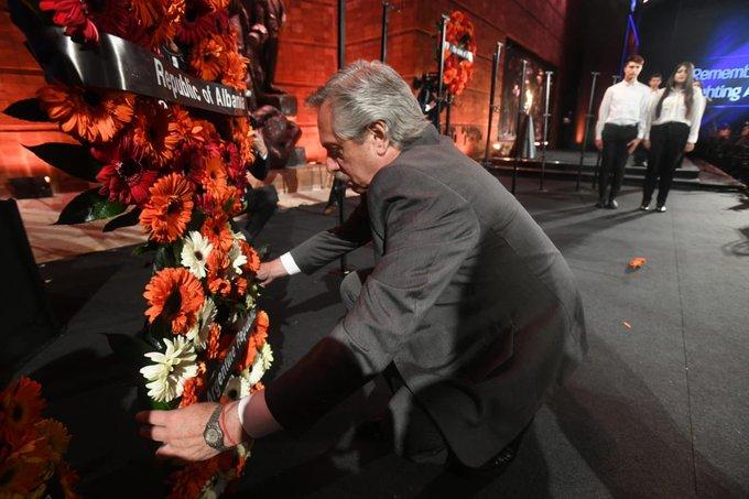 Fernández pone un recuerdo floral en homenaje a las víctimas de los campos de concentración nazis.