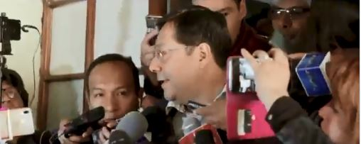 Luis Arce a la salida de la Fiscalía en donde empezaron su persecución política.