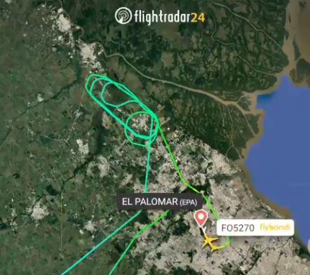 El radar muestra que antes de su aterrizaje de  emergencia el avión de FlyBondi tuvo que tirar combustible sobre las casas.