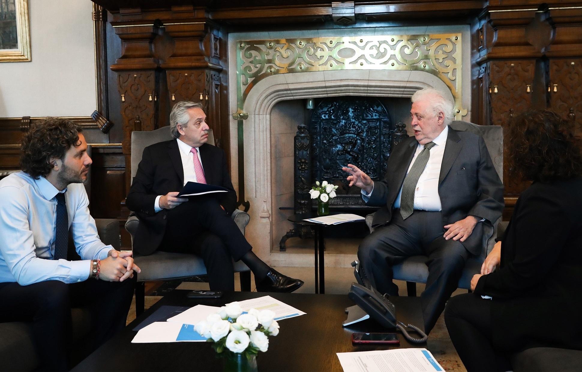 Alberto Fernández reunido con el Ministro de Salud Ginés González García y el Jefe de Gabinete Santiago Cafiero.
