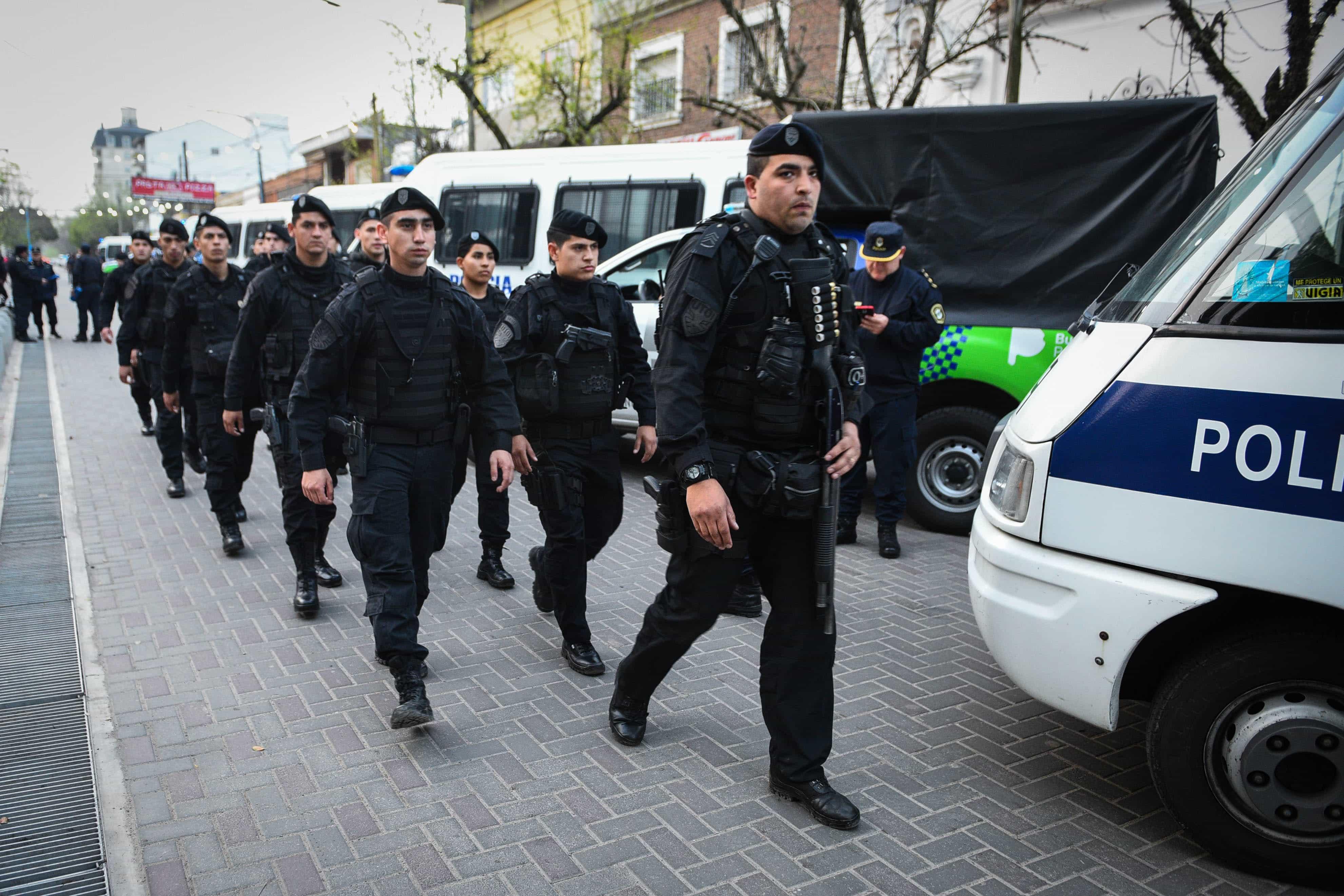 La Policía de Buenos Aires disfruta intimidar en calles vacías.