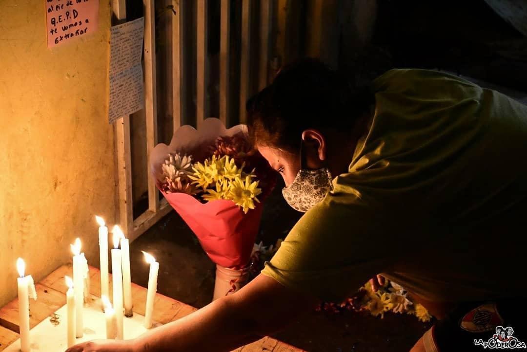 Todo el Barrio Mugica le rinde homenaje a Ramona Medina. FOTO: LA PODEROSA.