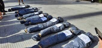 DEMOCRACIA – Argentina | Fascistas del PRO tiraron bolsas mortuorias con nombres de dirigentes populares.